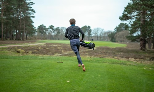 'Iron Golfer' completes barefoot round in 45 minutes